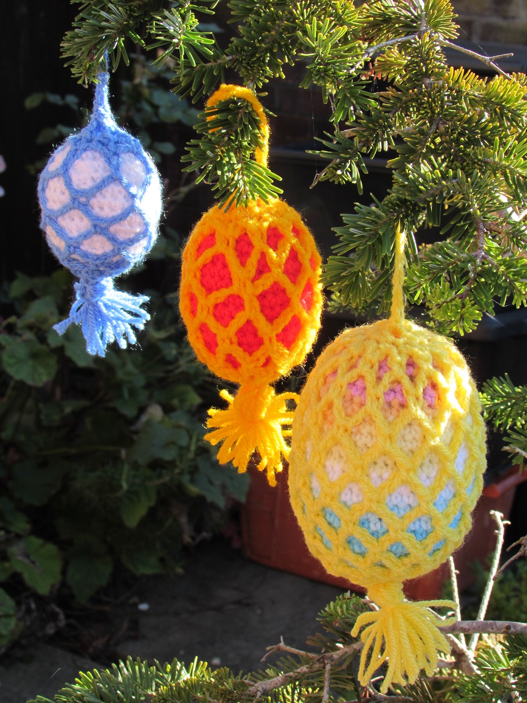 Outdoor christmas tree bauble crochet pattern for Outdoor christmas baubles