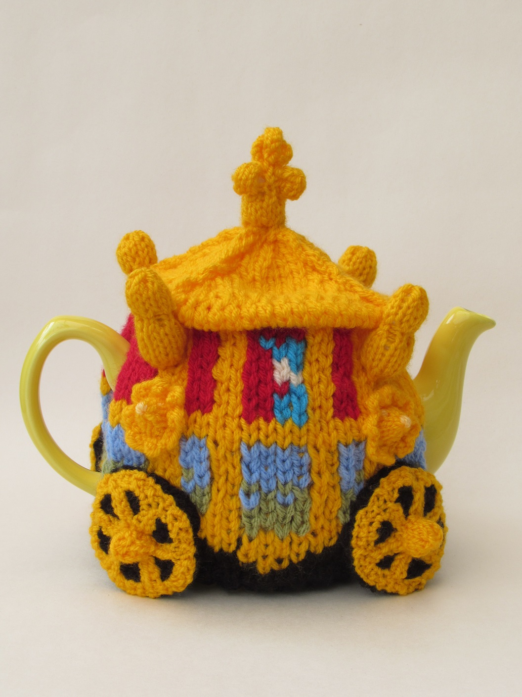 Knitting Pattern For Yoda Tea Cosy : Queens Golden State Coach tea cosy knitting pattern